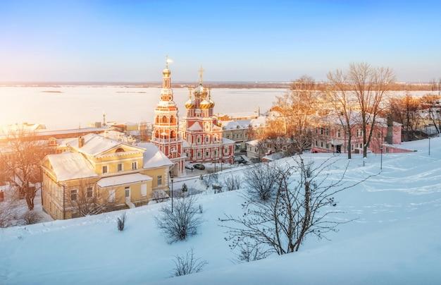 Kerstkerk in nizhny novgorod in de stralen van de zonsondergang op de hoge oever van de wolga
