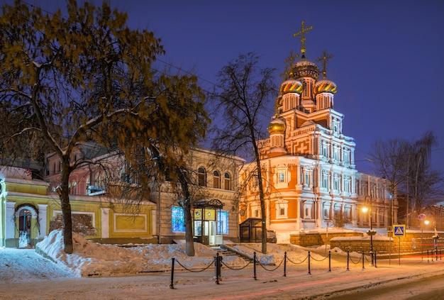 Kerstkerk in nizhny novgorod op een winteravond