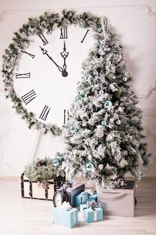 Kerstklok en fir tree