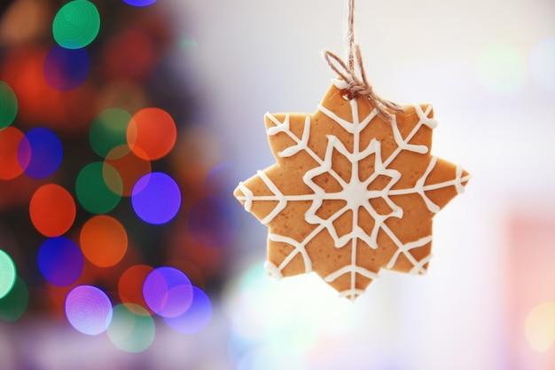 Kerstkoekje op glanzende abstracte achtergrond
