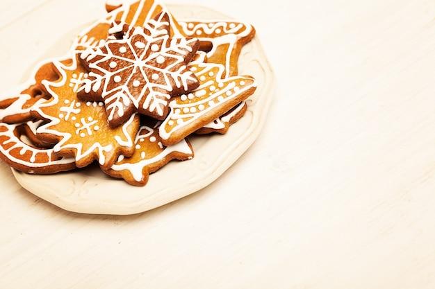 Kerstkoekje op houten achtergrond met kopie cpace