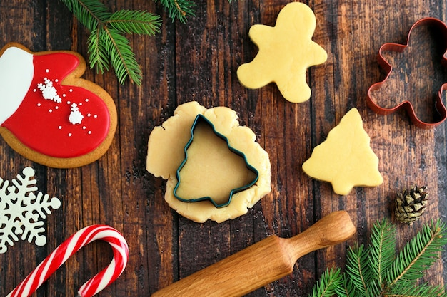 Kerstkoekjes. de vorm van de boom en de persoon. peperkoek voor kerstmis. zelfgemaakte kerstkoekjes.