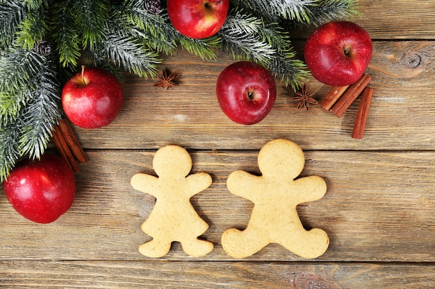 Kerstkoekjes en fruit op houten tafel