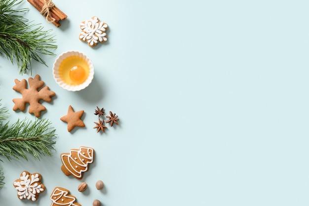 Kerstkoekjes en ingrediënten voor het koken op blauw