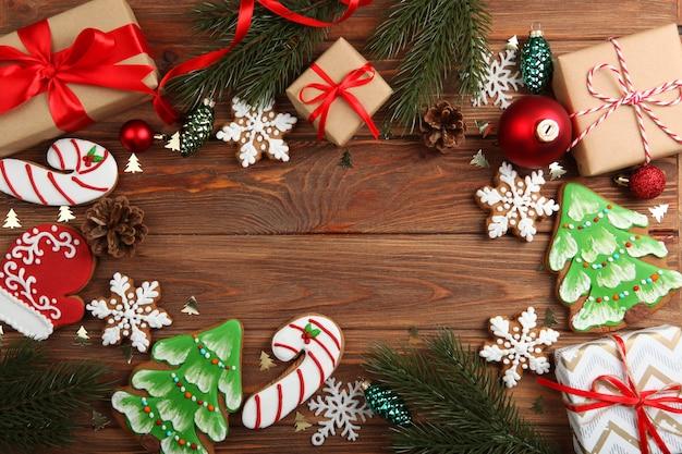 Kerstkoekjes en kerstaccessoires bovenaanzicht