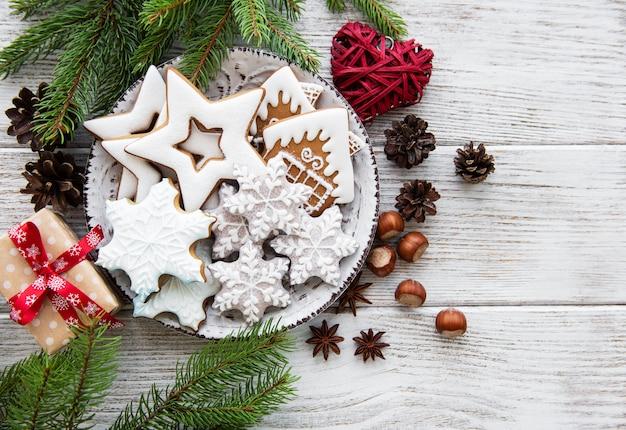 Kerstkoekjes en kerstboom op een oude houten tafel