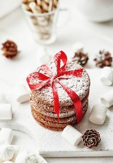 Kerstkoekjes en marshmallows bij het raam