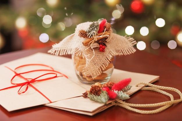 Kerstkoekjes in de glazen pot. kerstcadeaus en decor close-up. feestelijke achtergrond met bokeh en licht. nieuwjaar en kerstkaart. magisch sprookje
