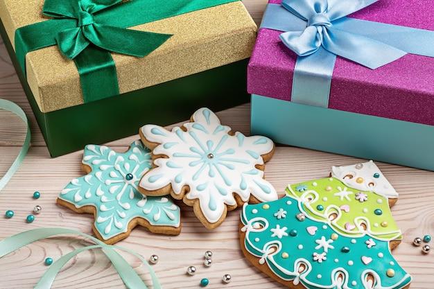 Kerstkoekjes, kerstbomen en sneeuwvlokken in feestelijke dozen met linten