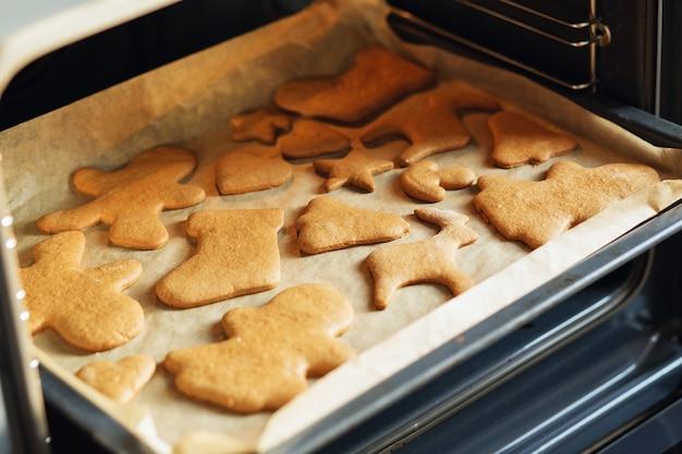 Kerstkoekjes koken en decoreren. het proces van het bakken van peperkoek