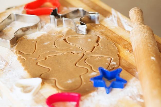 Kerstkoekjes koken en decoreren. zelfgemaakte ontbijtkoekkoekjes,