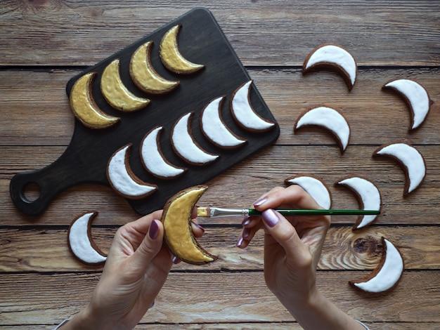 Kerstkoekjes koken in ramadan. goudgeschilderde koekjes in de vorm van een halve maan.