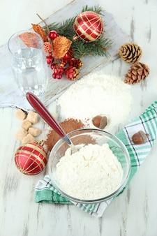 Kerstkoekjes koken op houten tafel