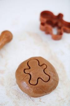 Kerstkoekjes maken met peperkoek