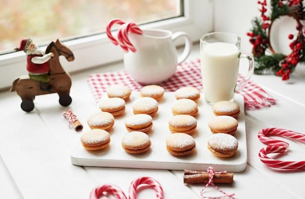Kerstkoekjes, melk, cacao, marshmallows, schuimgebakjes op plaat