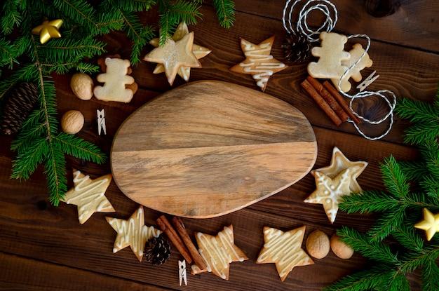 Kerstkoekjes met decoraties op houten tafel.