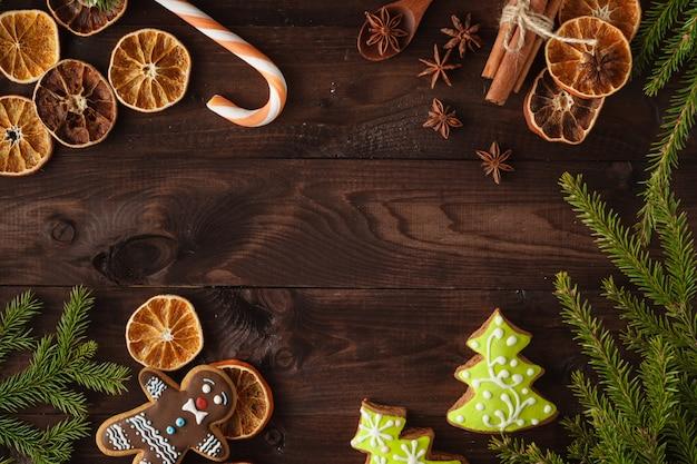 Kerstkoekjes met feestelijke decoratie. kerstkaart. vrije ruimte voor uw tekst
