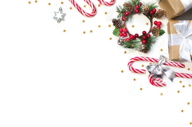 Kerstkoekjes met feestelijke decoraties en geschenken