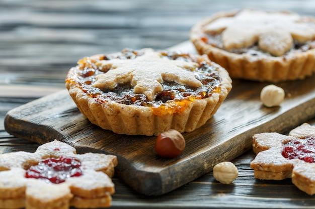 Kerstkoekjes met gedroogd fruit en noten op houten tafel