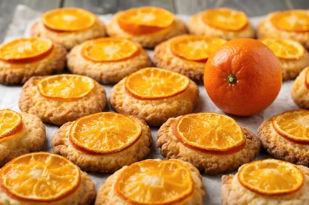 Kerstkoekjes met gesneden mandarijnen. selectieve aandacht.