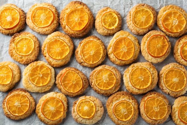 Kerstkoekjes met gesneden mandarijnenpatroon. selectieve aandacht. bovenaanzicht.