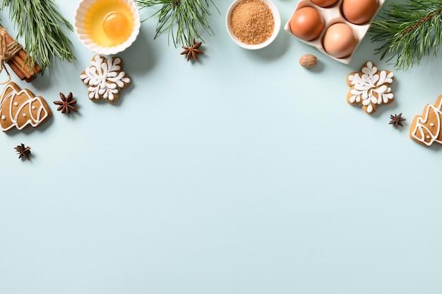 Kerstkoekjes met ingrediënten om te koken