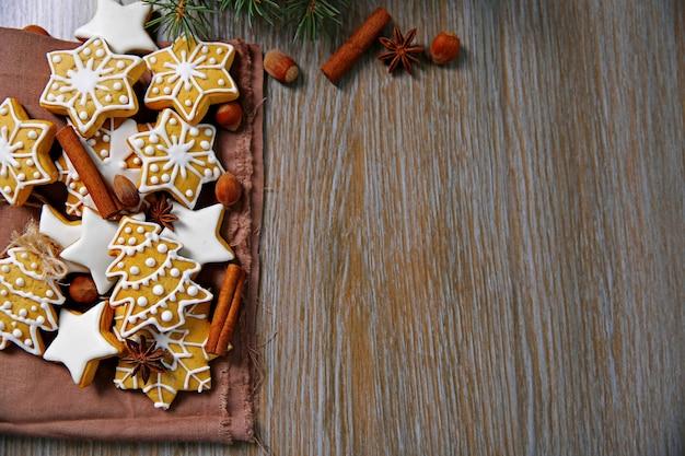 Kerstkoekjes met kruiden op houten tafel