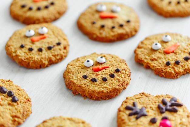 Kerstkoekjes met sneeuwpop versierd. detailopname