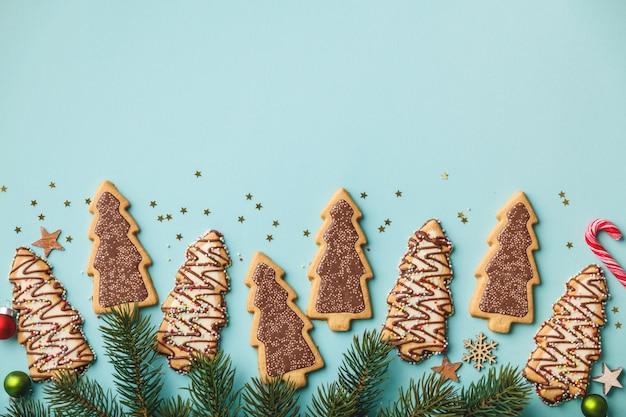 Kerstkoekjes met snoep en feestelijke decoratie, plat lag