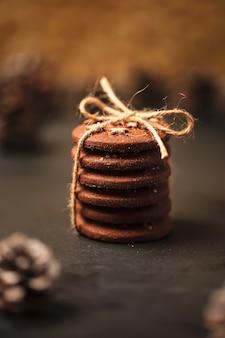 Kerstkoekjes met sterren. een stapel koekjes met een touwtje.