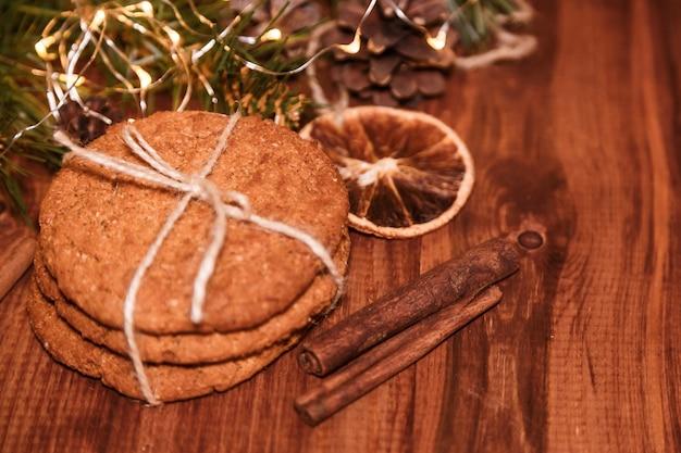 Kerstkoekjes met zelfgemaakte gezouten karamel op een houten