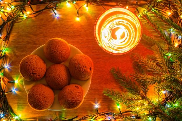 Kerstkoekjes op de achtergrond van new year's decoraties.