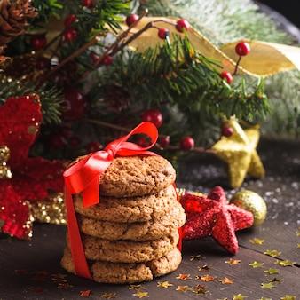 Kerstkoekjes op tafel met rood lint