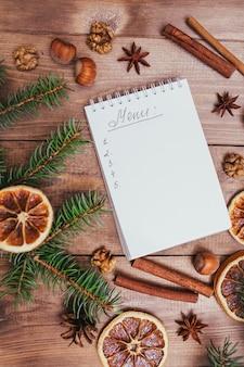 Kerstkoekjes, specerijen en receptenboek, eten, vintage stijl foto