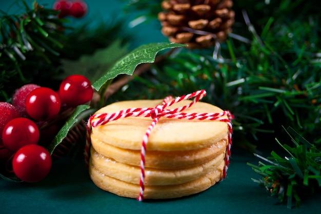 Kerstkoekjes voor cadeau op de kerstachtergrond