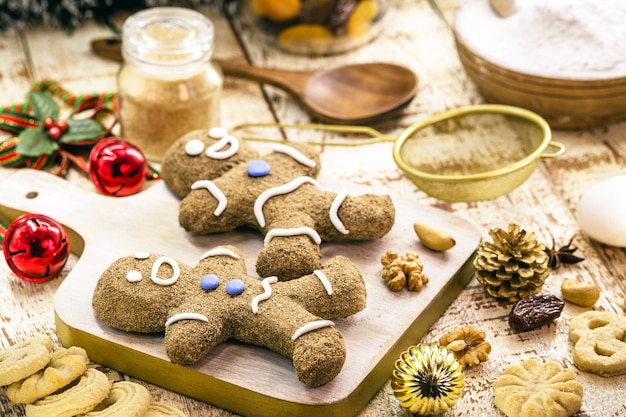 Kerstkoekjes, zelfgemaakte gingerbread man, gebakken, met fruit en noten eromheen