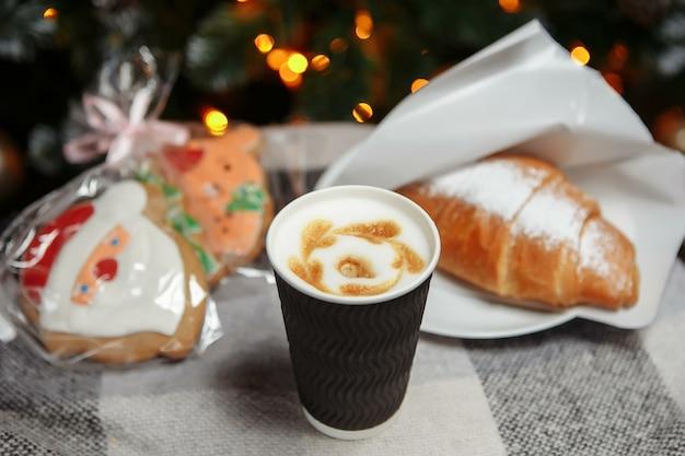 Kerstkoffie en croissants met geschenken en speelgoed