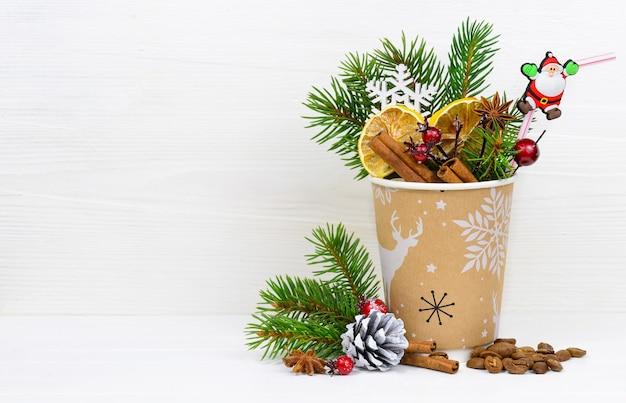 Kerstkoffie in papieren koffiekopje concept