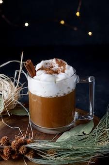 Kerstkoffie met kaneel en schuim