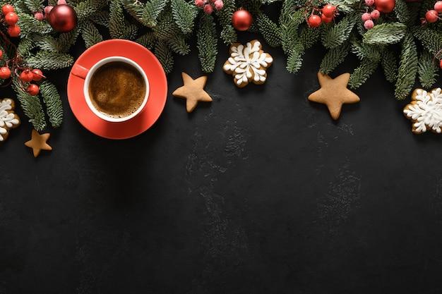 Kerstkoffie met nobilis takken rode ballen xmas wenskaart gelukkig nieuwjaar uitzicht van bovenaf