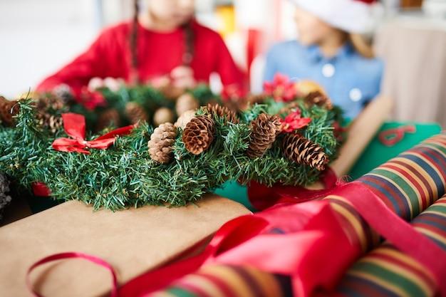 Kerstkrans en inpakpapier close-up