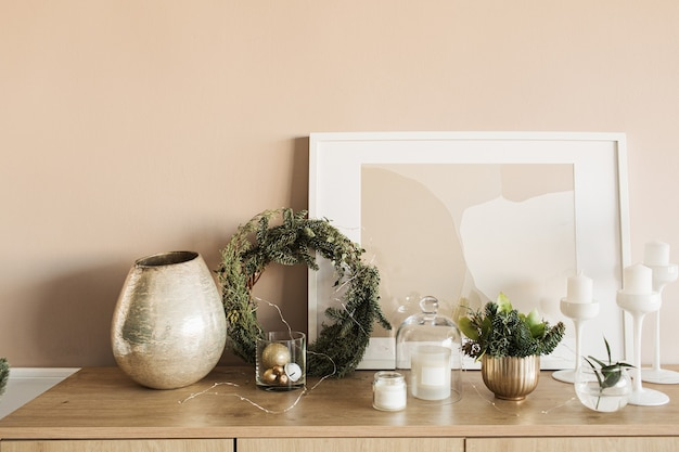 Kerstkrans frame, kaarsen, frame, dennentakken, gouden decoraties op houten tafel