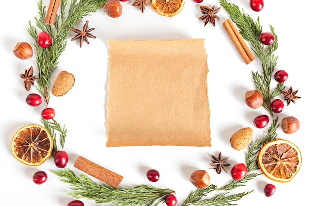 Kerstkrans frame met noten en veenbessen, plat lag, bovenaanzicht.
