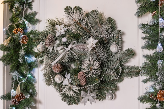 Kerstkrans met dennenappels