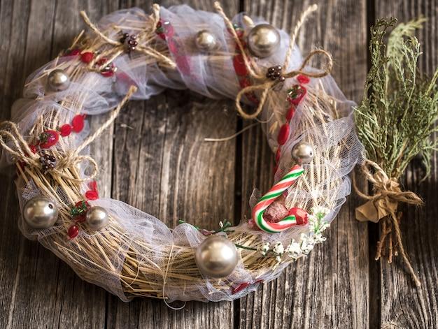 Kerstkrans op houten achtergrond