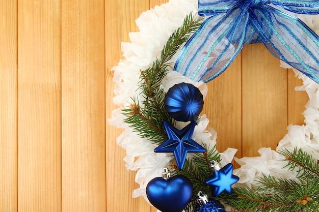 Kerstkrans op houten ondergrond