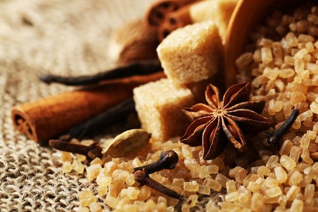 Kerstkruiden en bakingrediënten op het oppervlak van een jute
