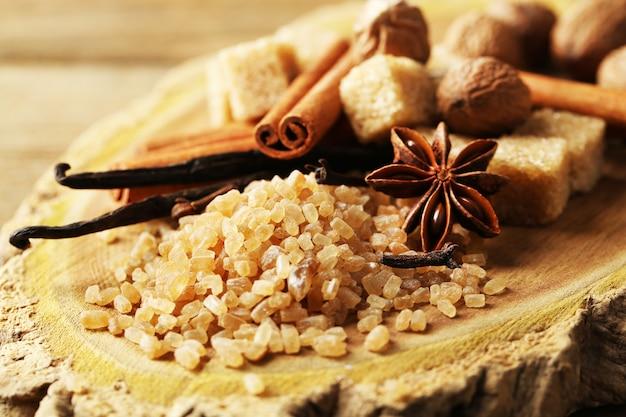 Kerstkruiden en bakingrediënten op houten achtergrond