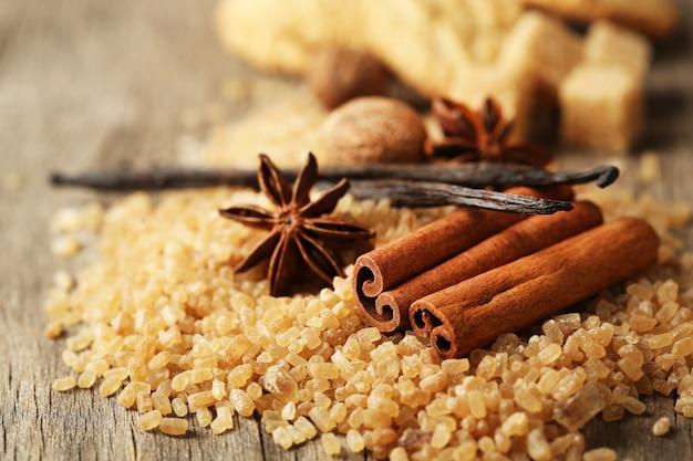 Kerstkruiden en bakingrediënten op houten oppervlak