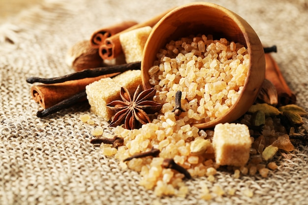 Kerstkruiden en bakingrediënten op jute oppervlak